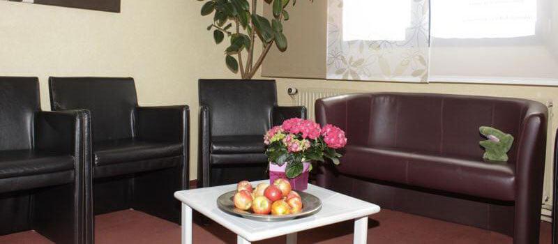 Warteraum, Stühle, Tisch und Sofa der Zahnarztpraxis - Zahnarzt Praxis Papczyk in Gera